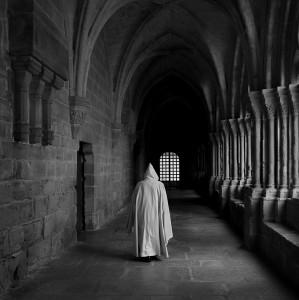 Monge meditando por el claustro