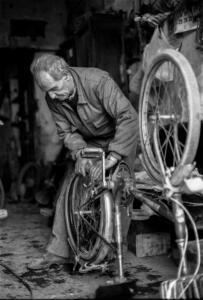 ARTESANOS.Mecanico bicicletas. 1993